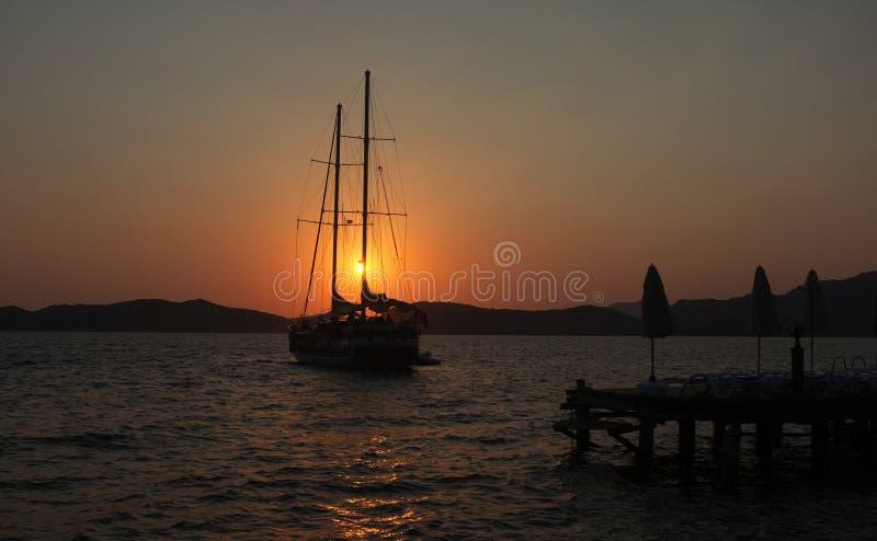 浮动游艇在黎明在马尔马里斯港 库存照片
