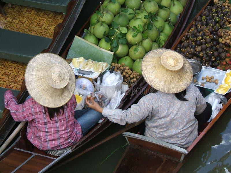 浮动的市场二妇女 免版税图库摄影