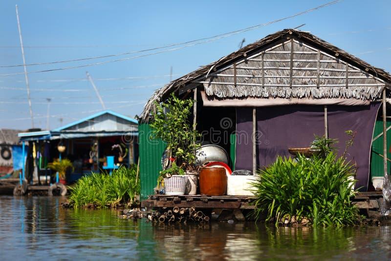 浮动的村庄和Inle Lak的渔夫的房子 免版税库存照片