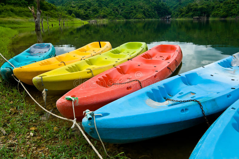 浮动的皮船湖 免版税库存图片