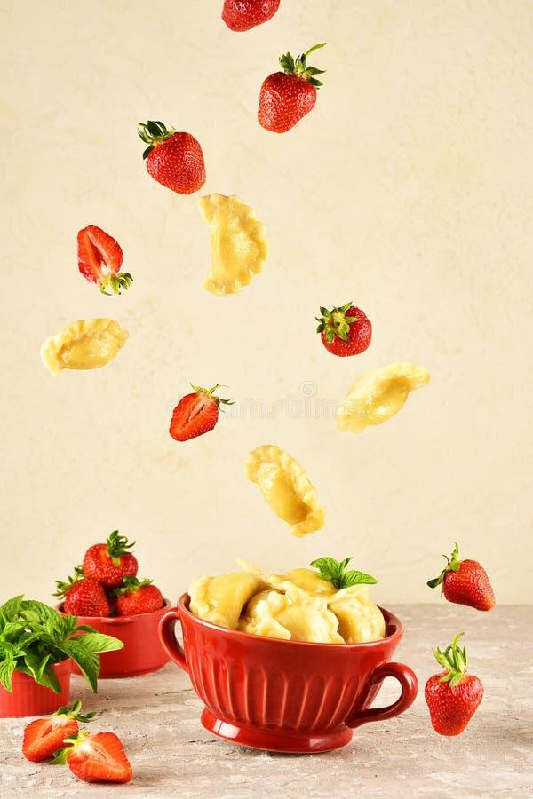 浮动的食物 Pierogi 饺子用用草莓飞行 r 免版税库存照片