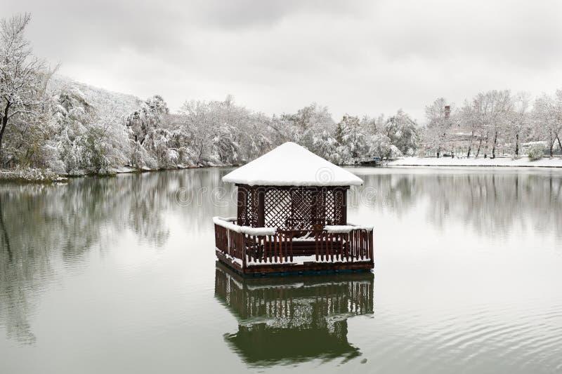 浮动眺望台在湖在冬天 免版税库存图片