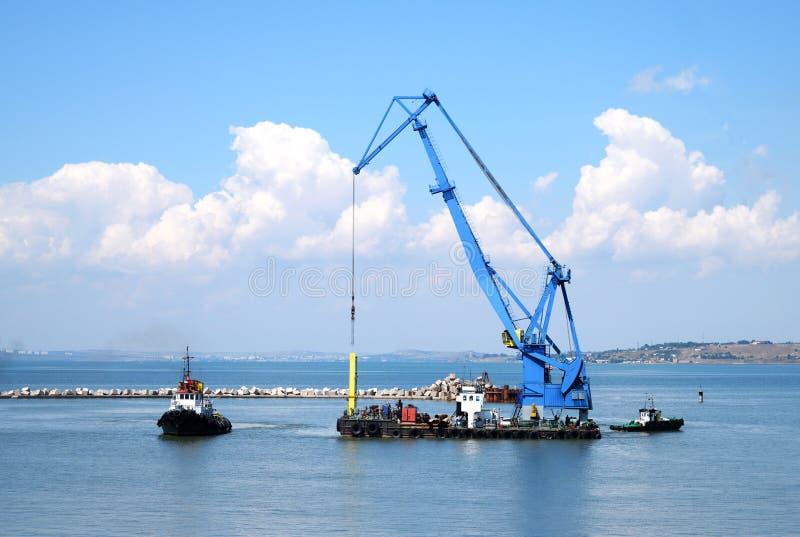 浮动起重机和海洋猛拉 免版税库存照片