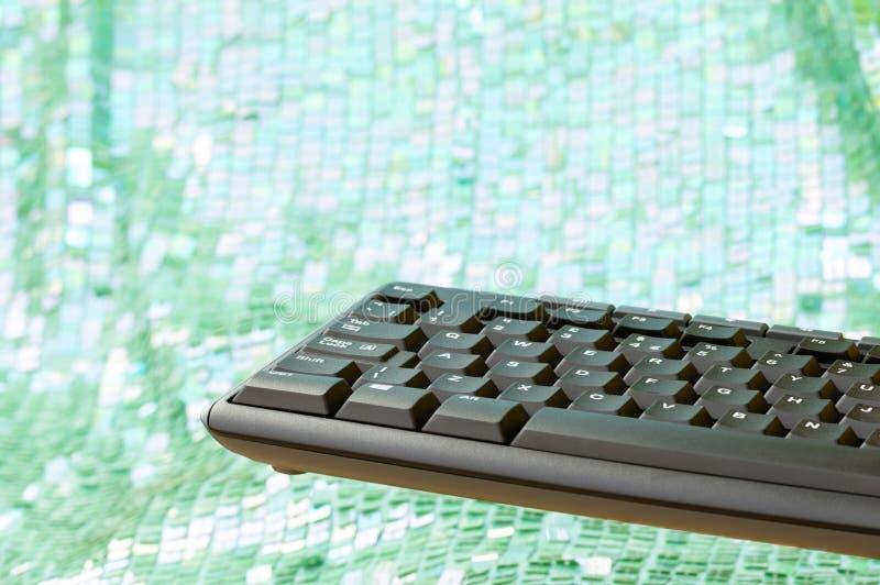 浮动键盘 绿色白色bokeh背景 复制空间 库存图片