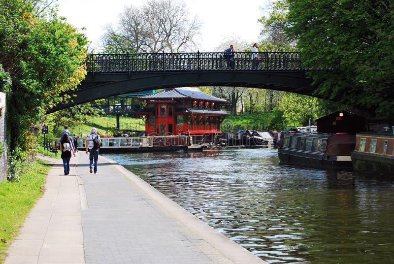 浮动餐馆和桥梁,董事的运河,伦敦 免版税图库摄影