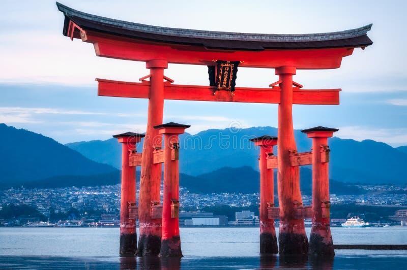 浮动鸟居门在蓝色小时,宫岛海岛,广岛,日本 库存照片
