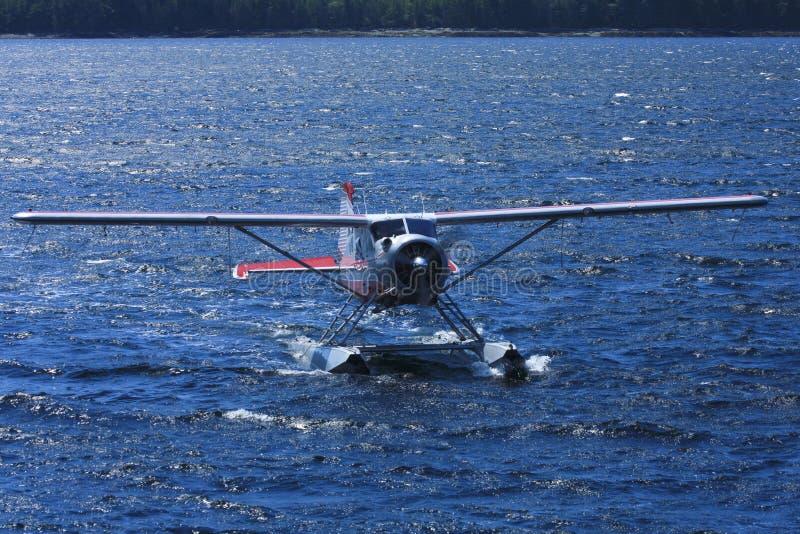 浮游物飞机在蓝色海洋水中 库存图片