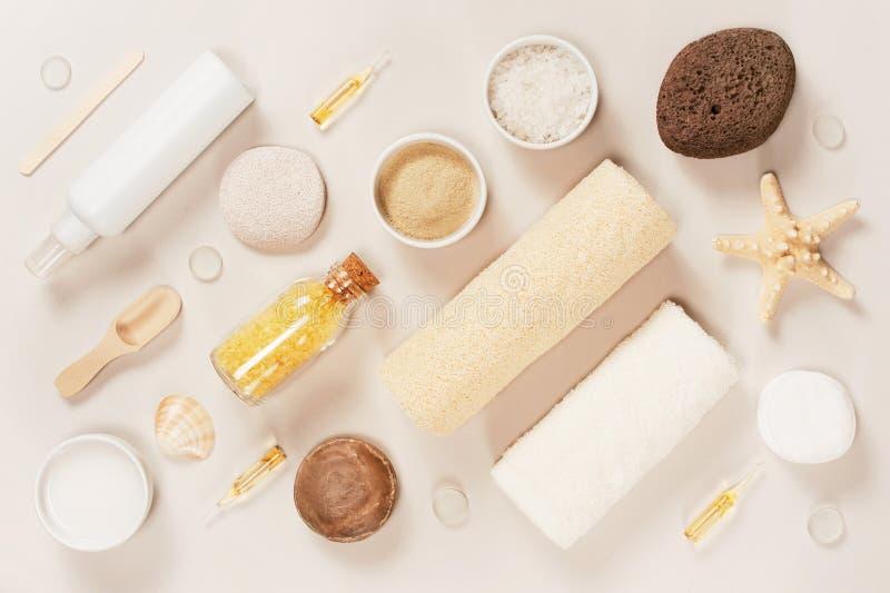 浴化妆用品的对角构成在轻的背景的 免版税库存图片