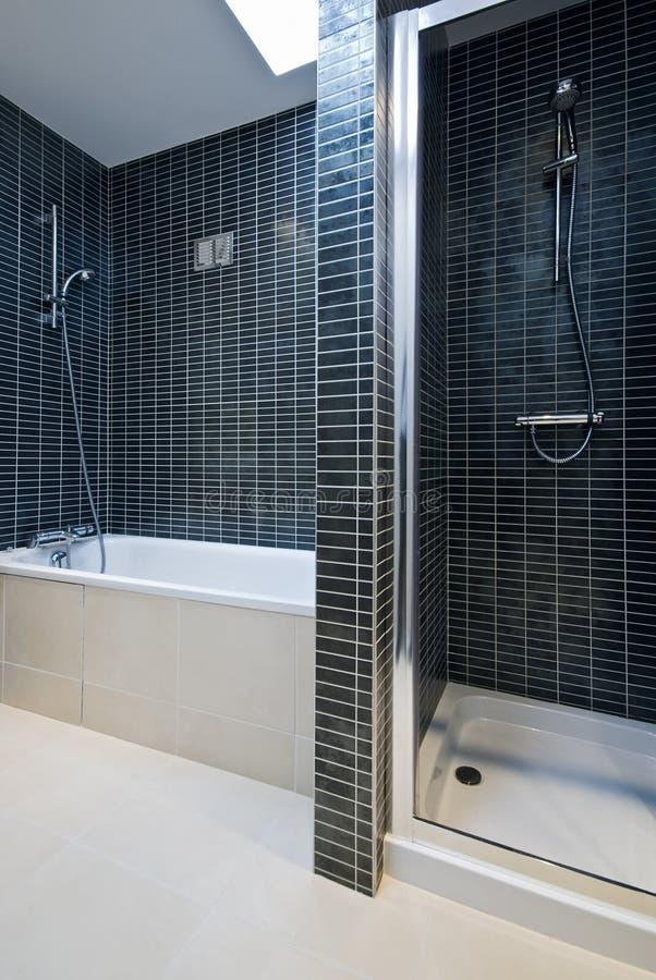 浴卫生间详细资料现代阵雨木盆 免版税库存图片