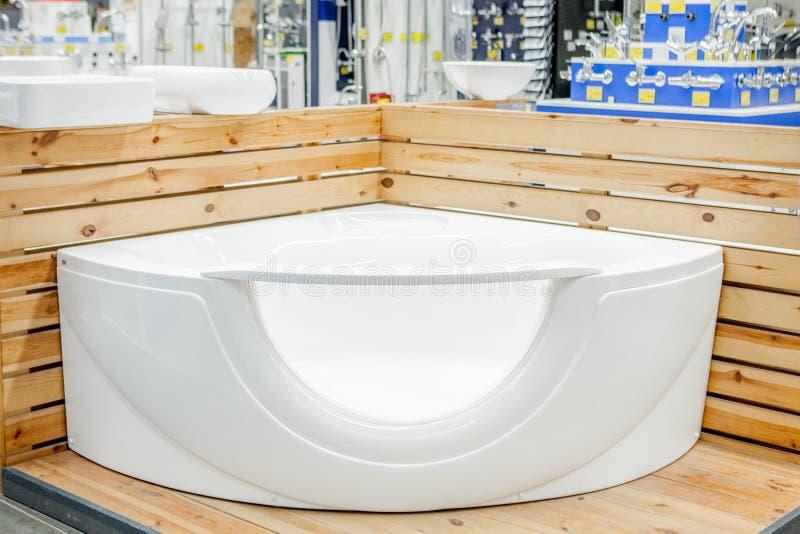 浴在修造的商店 浴在配管商店 商店浴 管道 新的浴 美好的伪造的腿的卫生间 库存图片