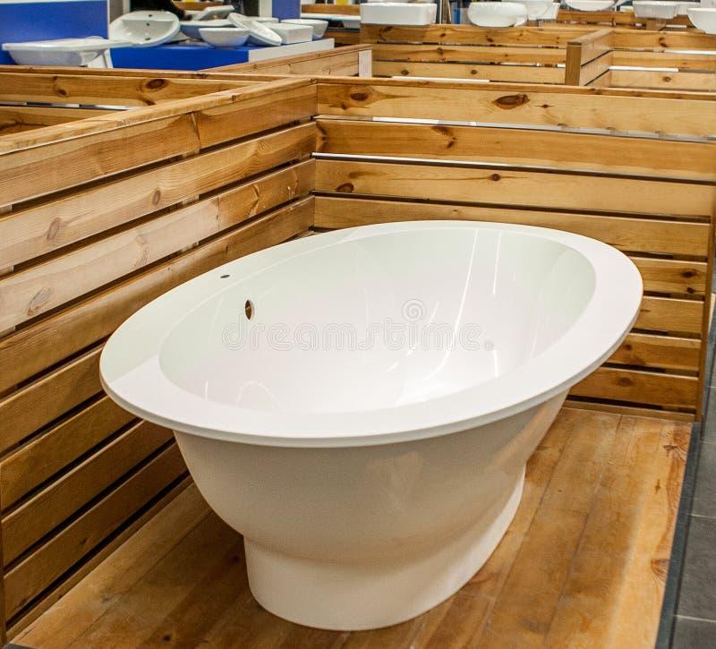 浴在修造的商店 浴在配管商店 商店浴 管道 新的浴 美好的伪造的腿的卫生间 库存照片