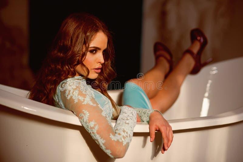 浴妇女 浴的性感的深色的妇女 免版税图库摄影