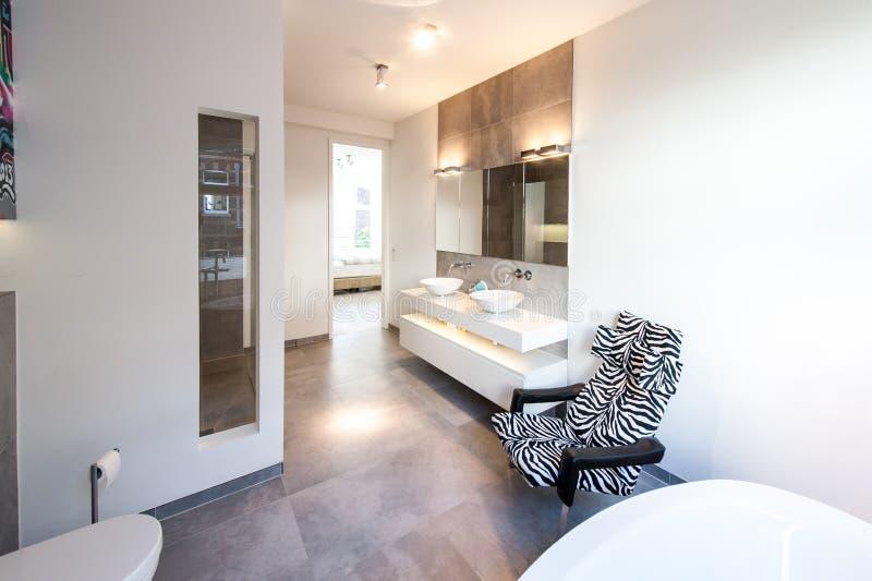 浴屋子的现代和舒适的内部 库存照片