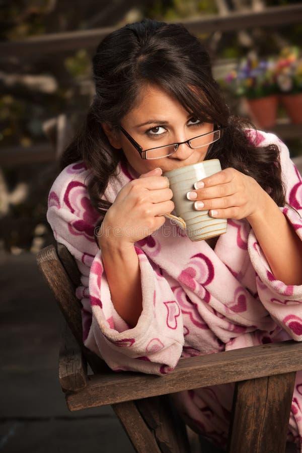浴巾咖啡茶妇女 库存图片