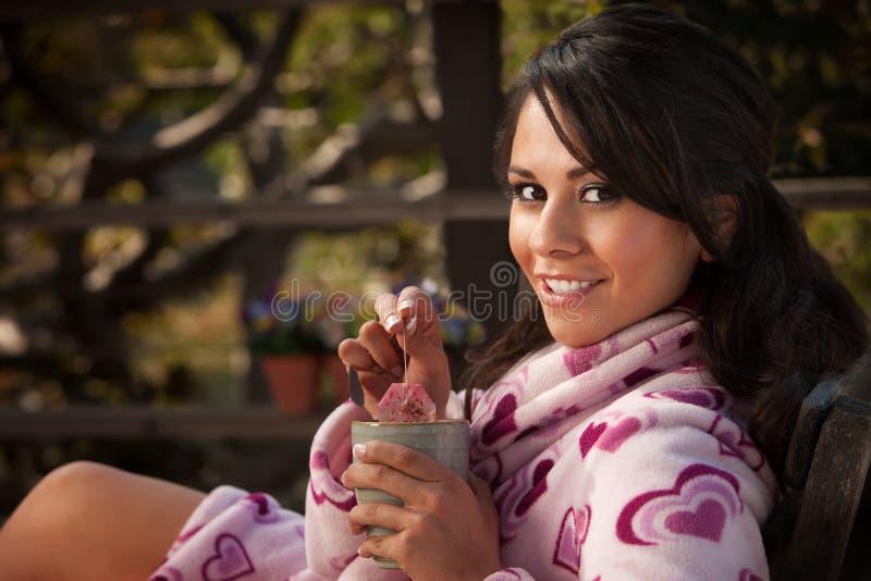浴巾西班牙俏丽的茶妇女 库存照片
