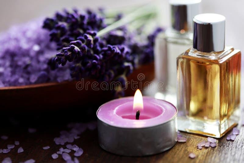 浴淡紫色按摩油盐 库存图片