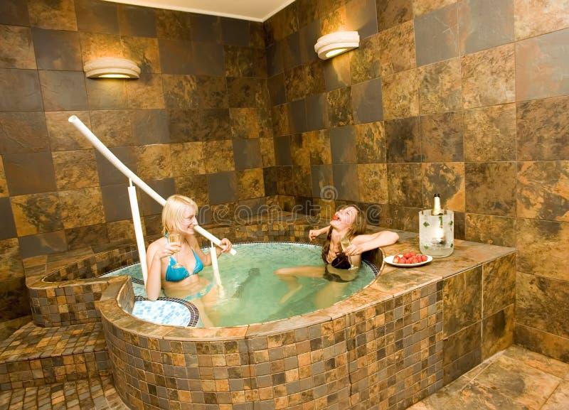 浴盆二妇女 库存照片