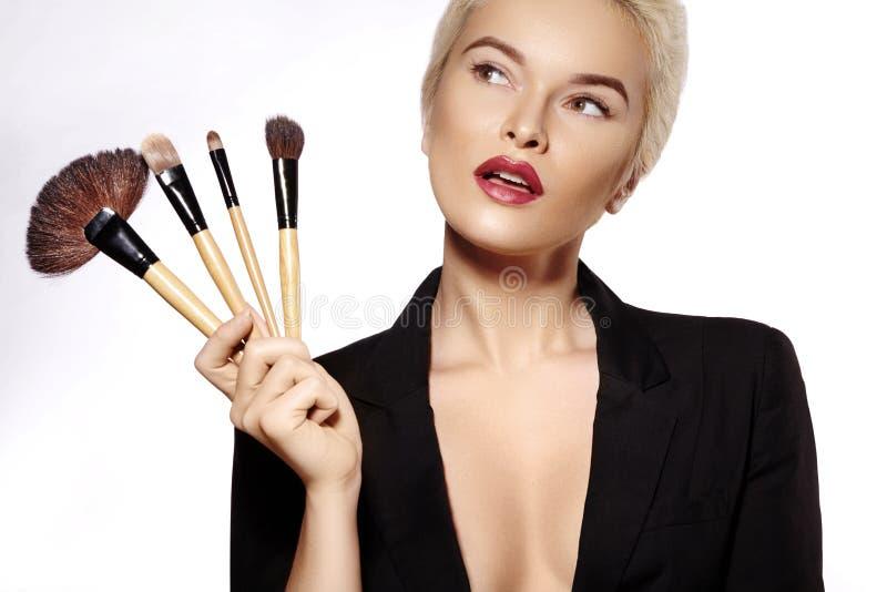 浴秀丽构成油用肥皂擦洗处理 掠过女孩构成 时尚补偿性感的妇女 修改 申请脸的化妆师 免版税库存图片