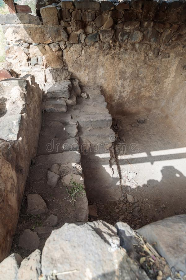 浴- Mikvah遗骸礼节洗净液的-在古老犹太市的废墟戈兰高地的Gamla毁坏的  库存图片