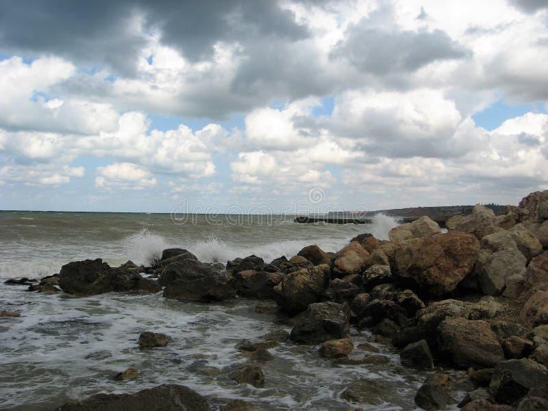 海†‹â€ ‹波浪在堆打破在岸的石头 库存图片