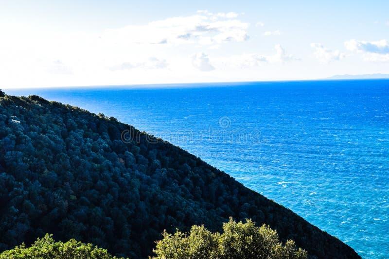 海、山和天空 免版税库存照片
