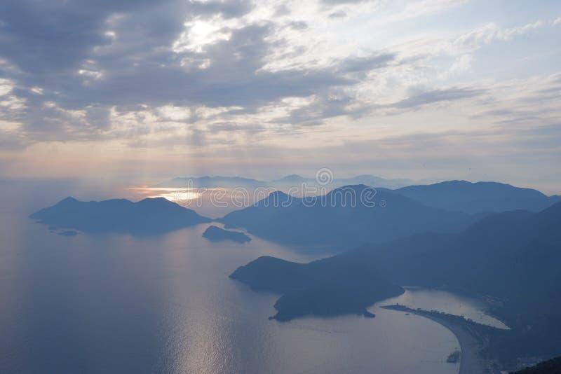 海、干燥、岛屿的夜空、平静的景观 免版税库存照片