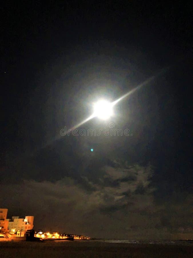 海、月光、魔术和夜在Matalascanas,韦尔瓦省省,安大路西亚,西班牙 免版税库存照片