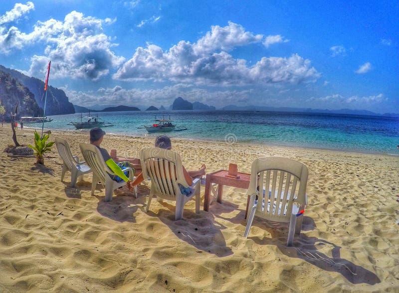 海、沙子和恋人 免版税库存照片