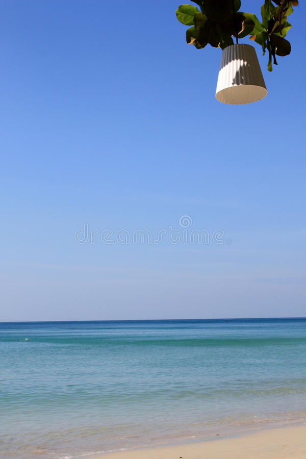 海、沙子和清楚的天空在泰国靠岸 免版税库存照片