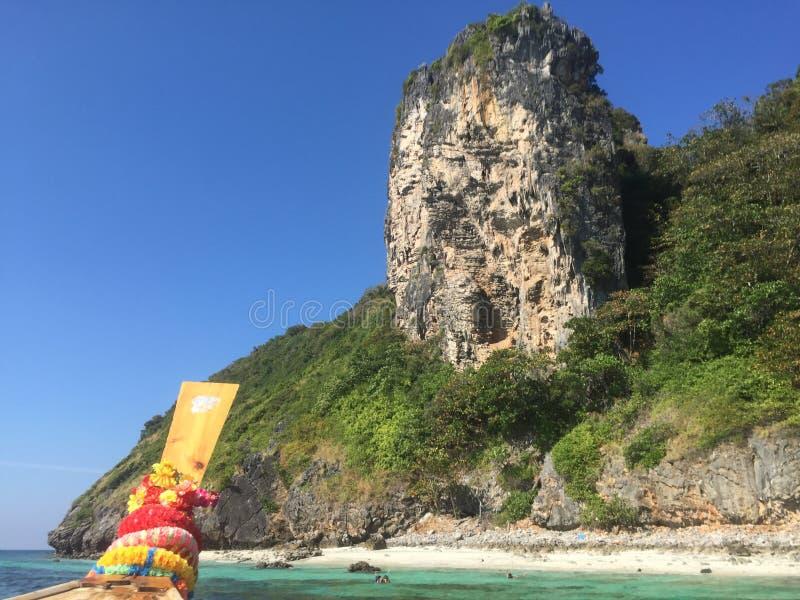 海、海岛和帆船附载的大艇,泰国 库存照片