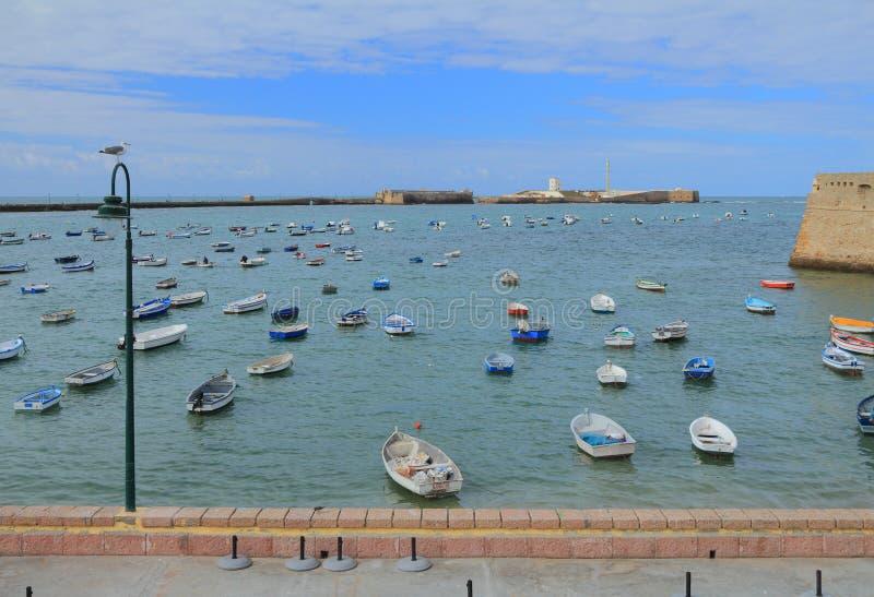 海、渔船和堡垒 卡迪士西班牙 库存照片