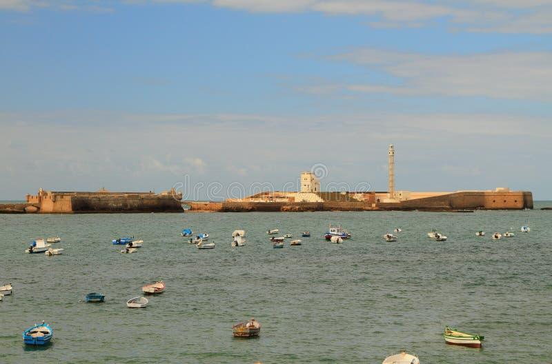 海、渔船和堡垒 卡迪士西班牙 免版税图库摄影