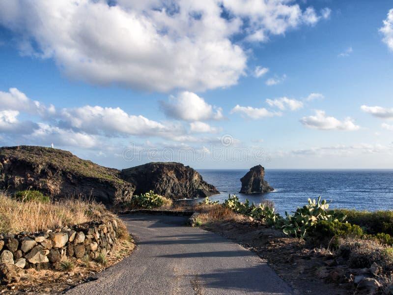海、潘泰莱里亚,西西里岛,意大利,美丽的地中海海岛海岸和峭壁  库存照片