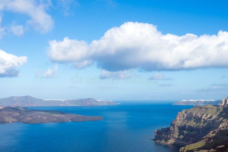海、破火山口和海岛的美丽的景色 在圣托里尼,希腊海岛上的清早  ?? 免版税库存照片