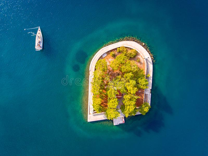 海上乘快艇靠近小海岛在口岸入口在Vathy Ithaka 免版税库存图片