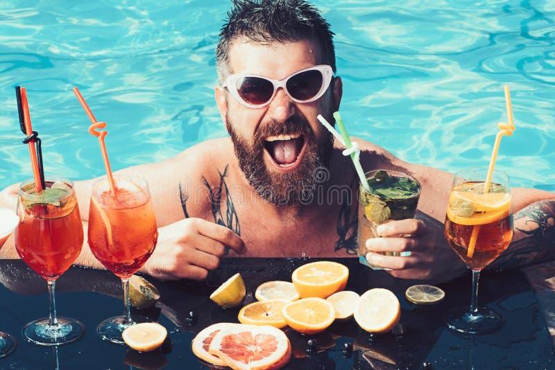海上和温泉渡假胜地放松 池边聚会,维生素和节食 人游泳和饮料酒精 暑假在迈阿密 免版税库存照片