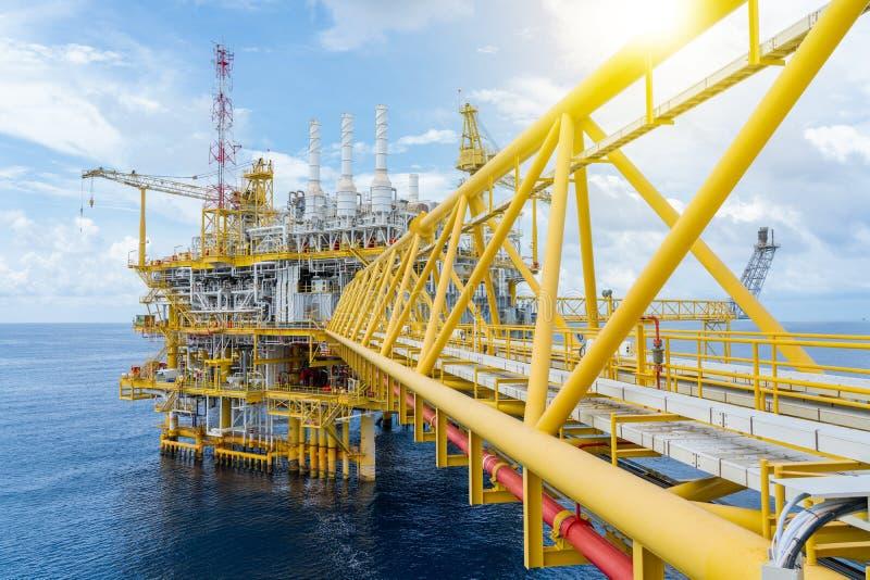 海上油气业务,其生产及处理油气及原油,然后再运往陆上炼油厂 库存照片