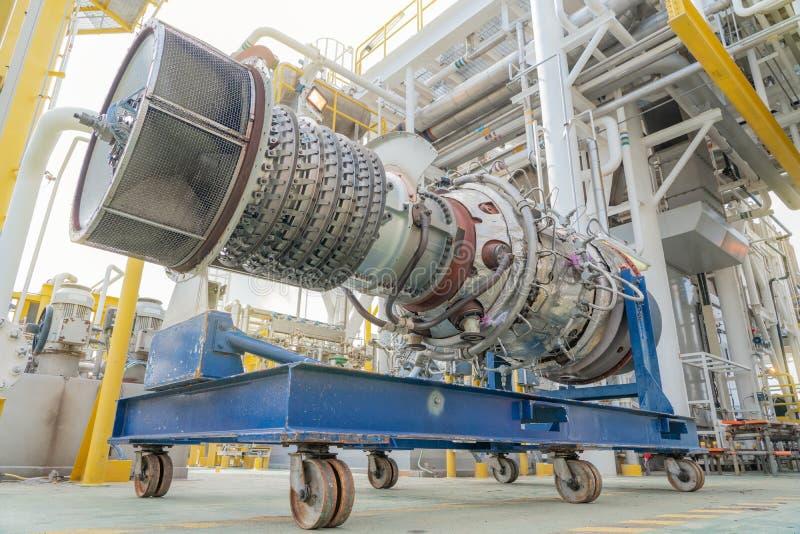 海上油气中央处理平台上燃气压缩机涡轮发动机拆舱检修 免版税库存照片