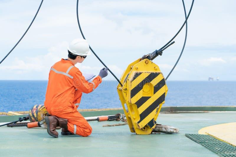 海上油气井口远程平台平台台座起重机起升设备的起重机检查员检查 图库摄影