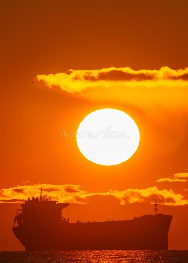海上油轮的日落 免版税图库摄影