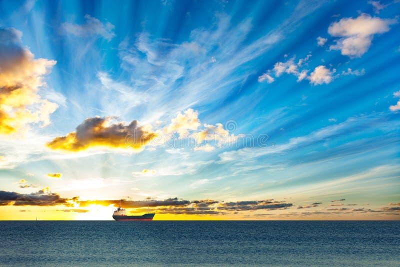 海上的一艘孤立船 免版税库存图片