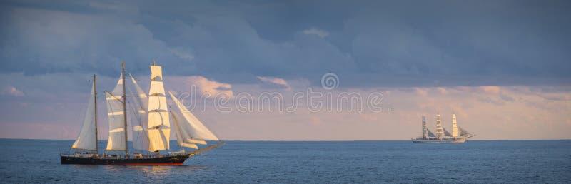 海上的两艘老帆船 免版税库存图片