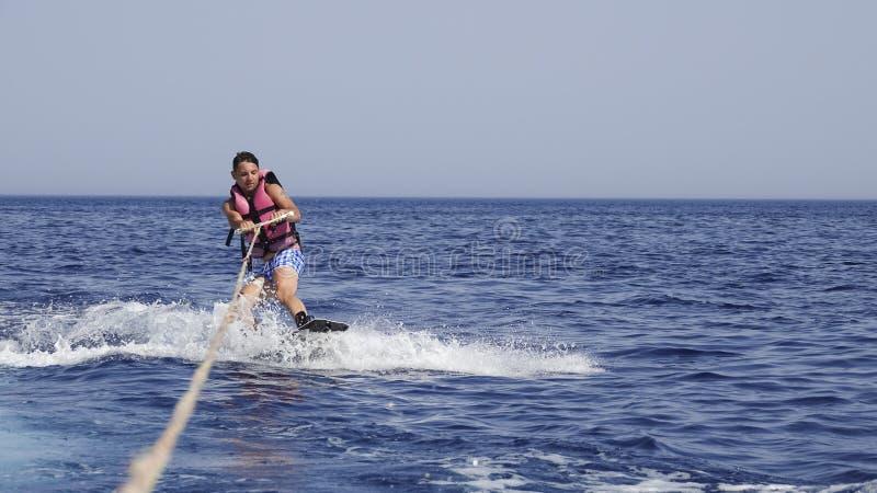 海上的人wakeboarder在夏天 免版税图库摄影