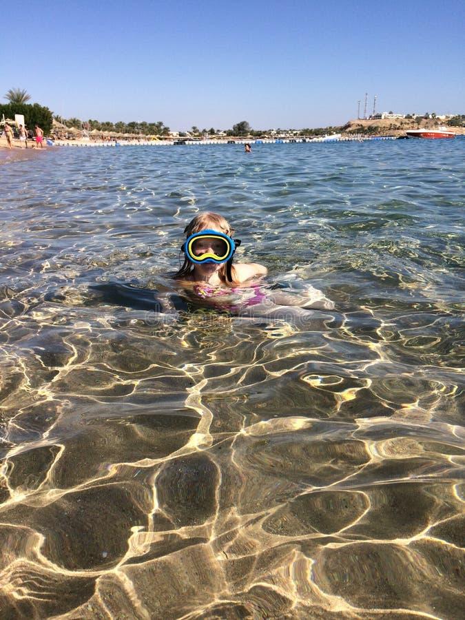 海上的假期 欧洲出现的女孩在有面具的海游泳 图库摄影