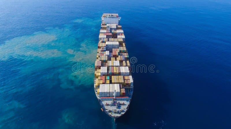 海上的兆集装箱船 库存图片