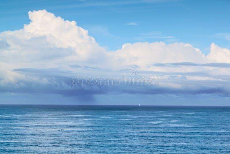 海上的小的风船在风暴之前。 图库摄影