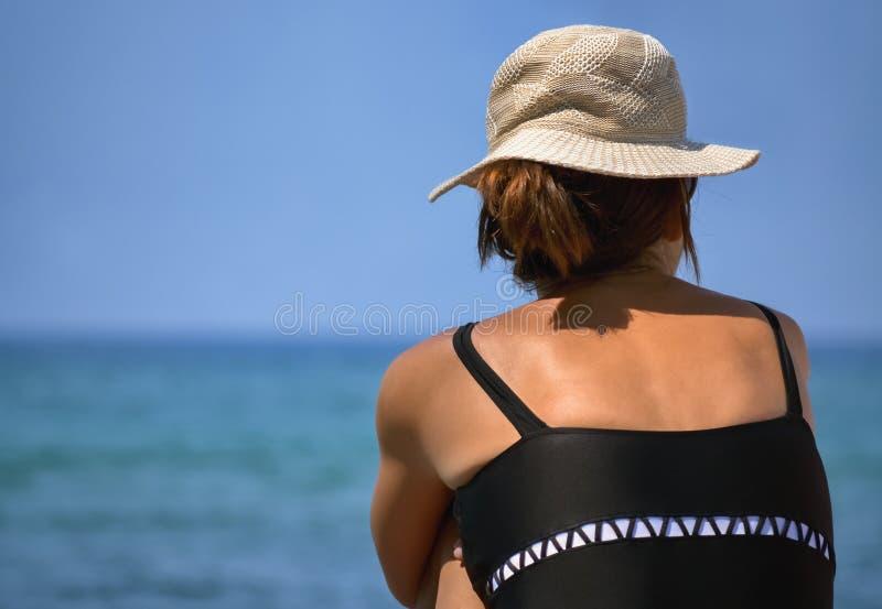 海上的年轻女人 免版税库存图片
