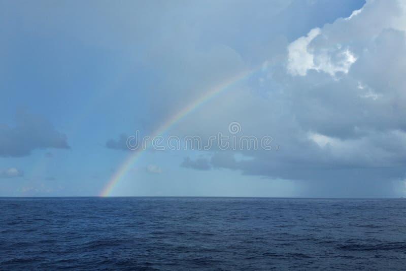 海上的彩虹 免版税库存照片