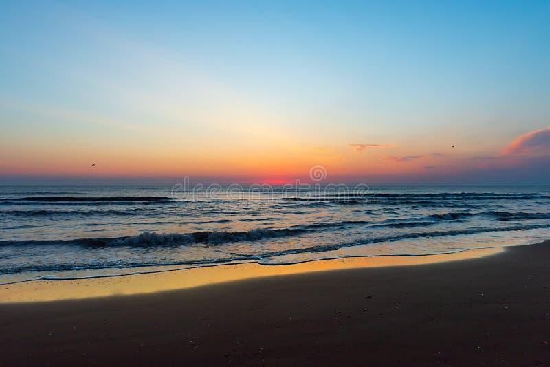 海上的惊人的五颜六色的黎明 免版税库存照片
