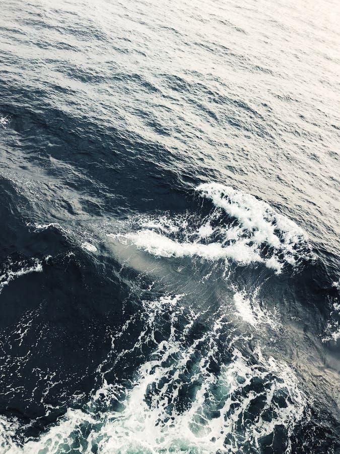 海上的泡沫似的波浪纹理 免版税库存图片
